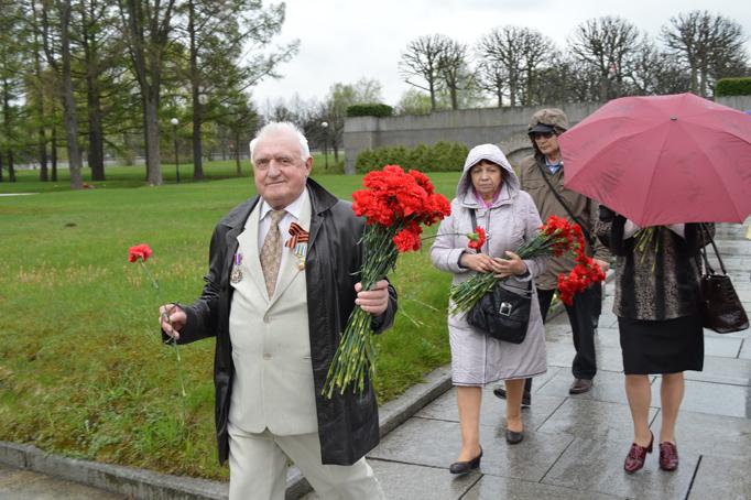 «Строительный трест» возлагает цветы к Пискаревскому мемориалу фото 24