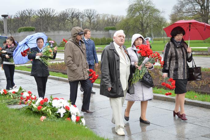 «Строительный трест» возлагает цветы к Пискаревскому мемориалу фото 16