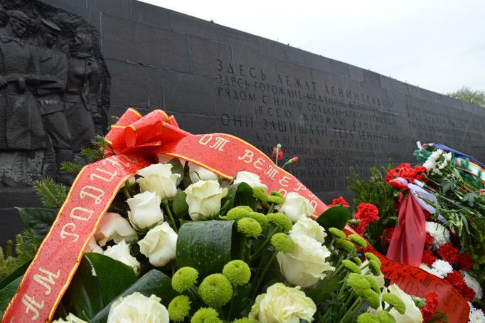«Строительный трест» возлагает цветы к Пискаревскому мемориалу фото 12
