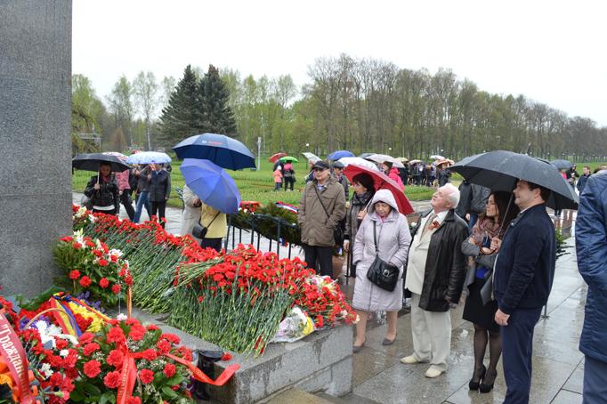 «Строительный трест» возлагает цветы к Пискаревскому мемориалу фото 0