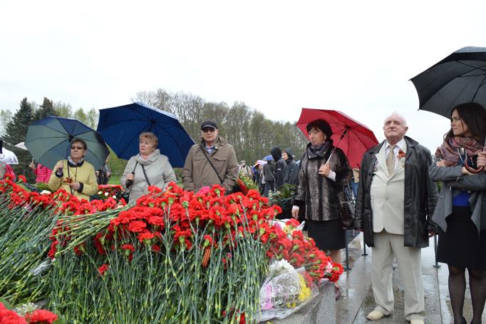 «Строительный трест» возлагает цветы к Пискаревскому мемориалу фото 8