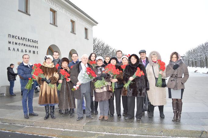 Возложение цветов к Пискаревскому мемориалу в годовщину снятия блокады Ленинграда, 27 января 2015 года фото 20