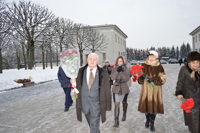 Возложение цветов к Пискаревскому мемориалу в годовщину снятия блокады Ленинграда, 27 января 2015 года фото 12