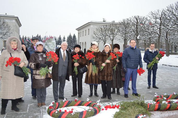 Возложение цветов к Пискаревскому мемориалу в годовщину снятия блокады Ленинграда, 27 января 2015 года фото 4
